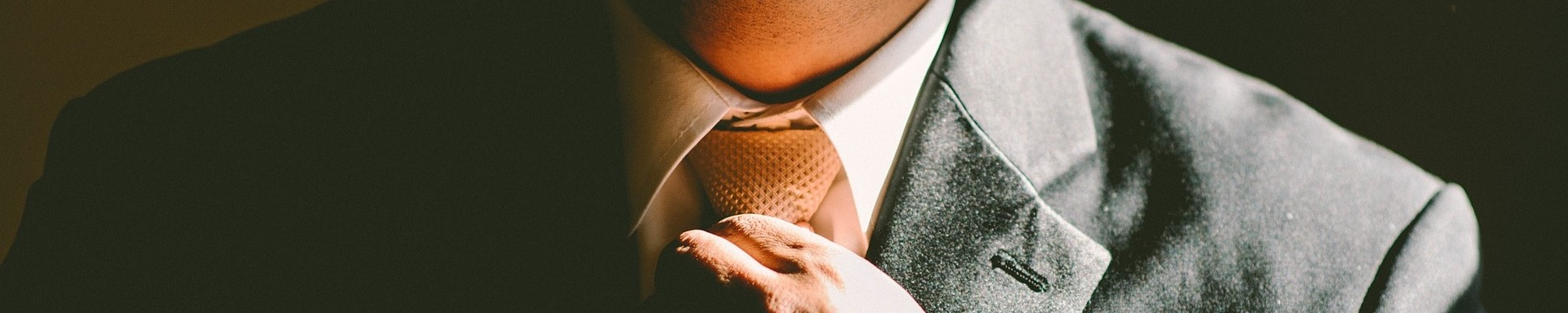picture of man tightening tie
